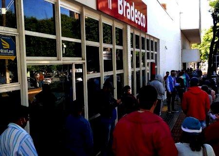Agências bancárias voltam a registrar longas filas em Dourados