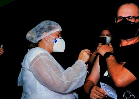 Covid: Com pessoas de 51 anos, capital retoma vacinação nesta terça