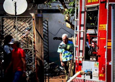 """""""Acabou tudo e tá tudo bem"""", diz morador de casa destruída por incêndio"""