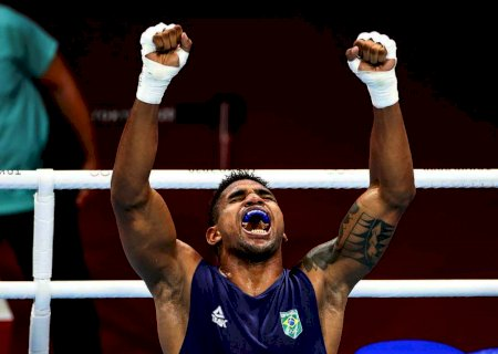 Abner Teixeira garante ao menos o bronze no boxe ao avançar à semi em Tóquio