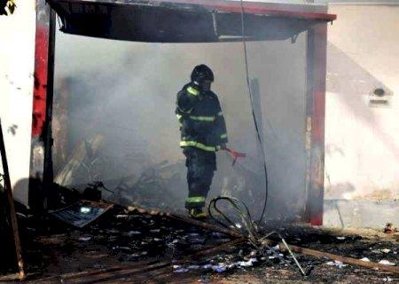 Bombeiros gastaram 20 mil litros de água para controlar incêndio em residência