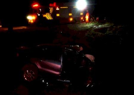 Homem morre ao ficar preso entre as ferragens após carro cair em valeta