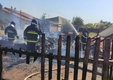Em Vicentina, população se une para pedir doações a família que teve casa queimada