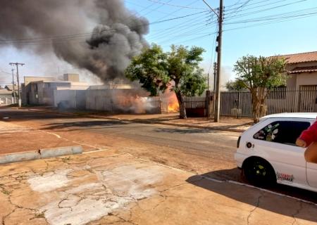 AGORA: incêndio destrói casa em Vicentina; veja vídeos e fotos
