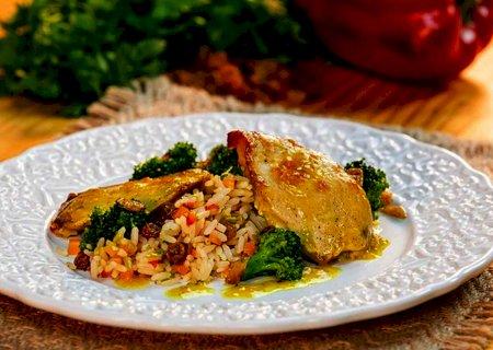 Filé de frango com molho de mostarda e mel com arroz à grega