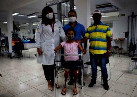 Criança de 9 anos recebe prótese e anda pela primeira vez em MS