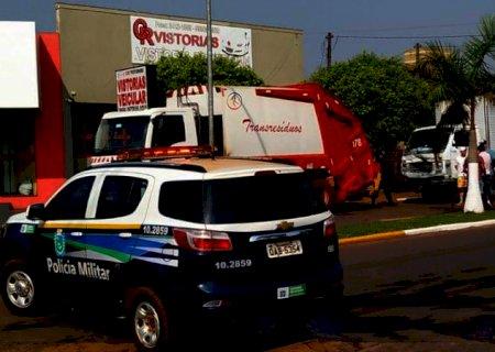 Durante o trabalho, gari fica prensado entre dois caminhões em Ivinhema