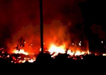 Fogo devasta extensa área de vegetação ao lado de condomínio na capital