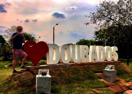 """""""Minha Dourados""""; Renato Teixeira entra na onda e tira foto em letreiro de parque"""