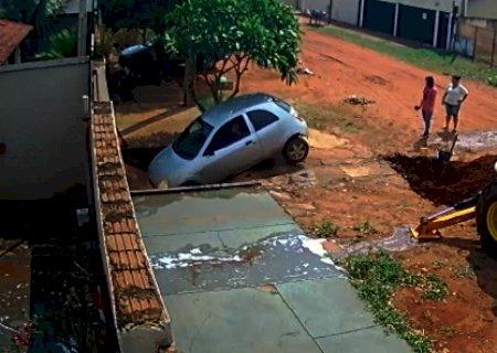 Vídeo: Motorista acaba dentro de poça após calçada ceder