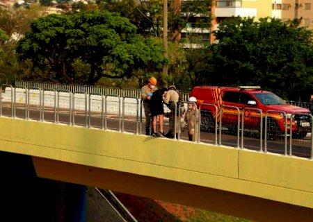 Rapaz tenta se jogar de viaduto, bombeiros param trânsito e conseguem resgatá-lo